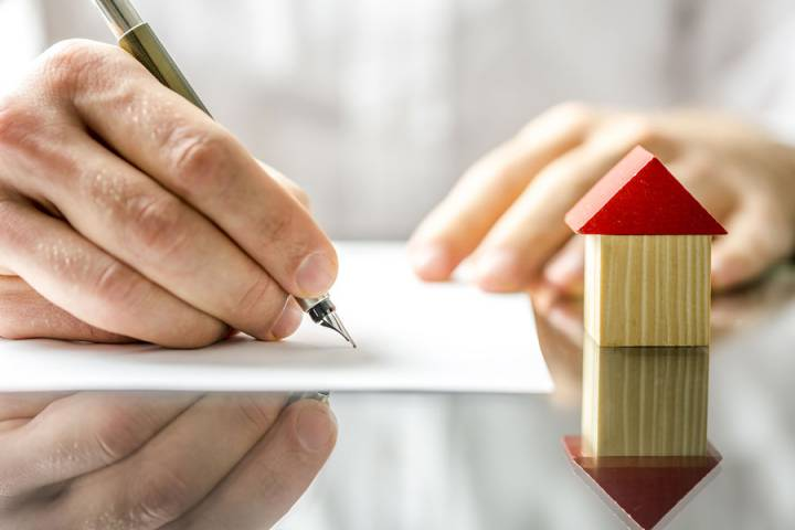 Does the housing contract need to be notarized