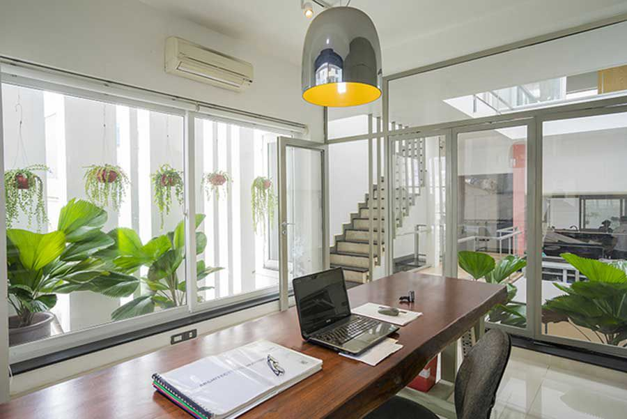 Cultivating the spectacular of narrow space homes