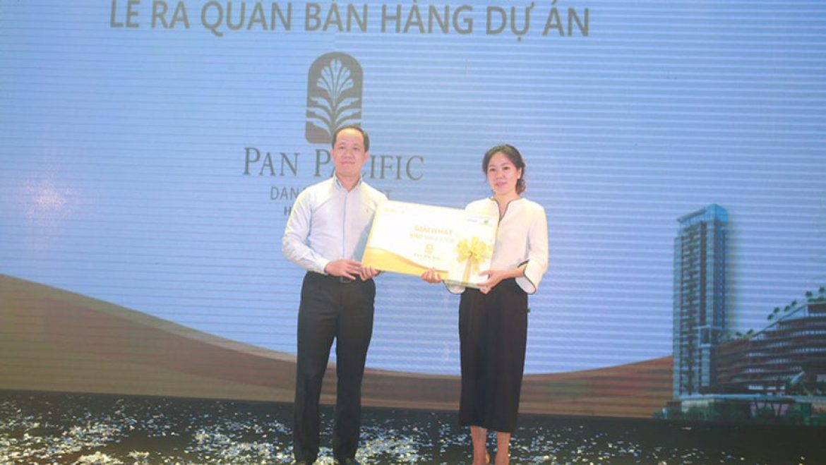 Representatives of investors give lucky draw gifts to customers