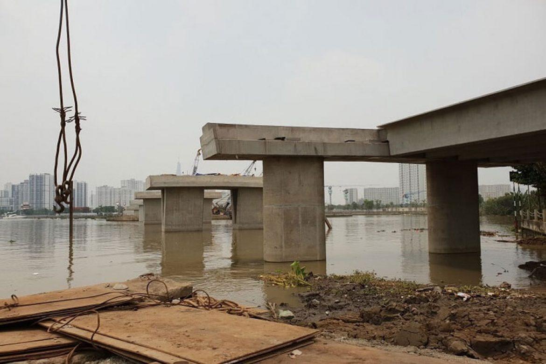 The bridge over Diamond Island is gradually formed