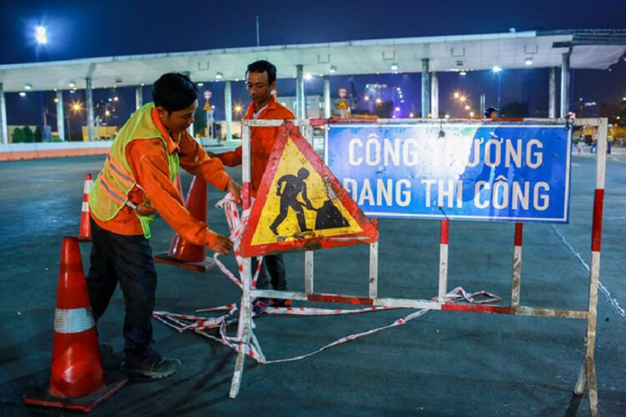 Workers blockade the area to dismantle the toll station