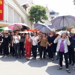 Hundreds of small traders protest against the rumors of a new Dong Xuan market