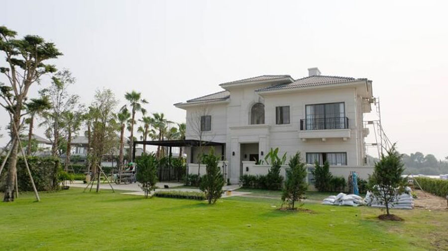 The villa is designed cool, around planting a lot of trees that make up the green area for the house.