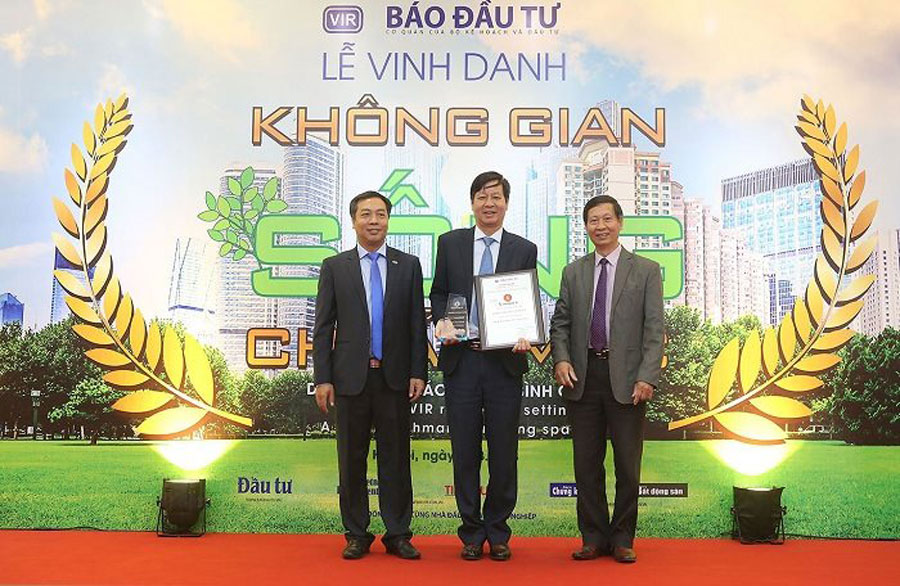 "Mr. Le Khac Hiep (middle), Vice Chairman of Vingroup Group received the ""Standard living space"" for 4 projects"