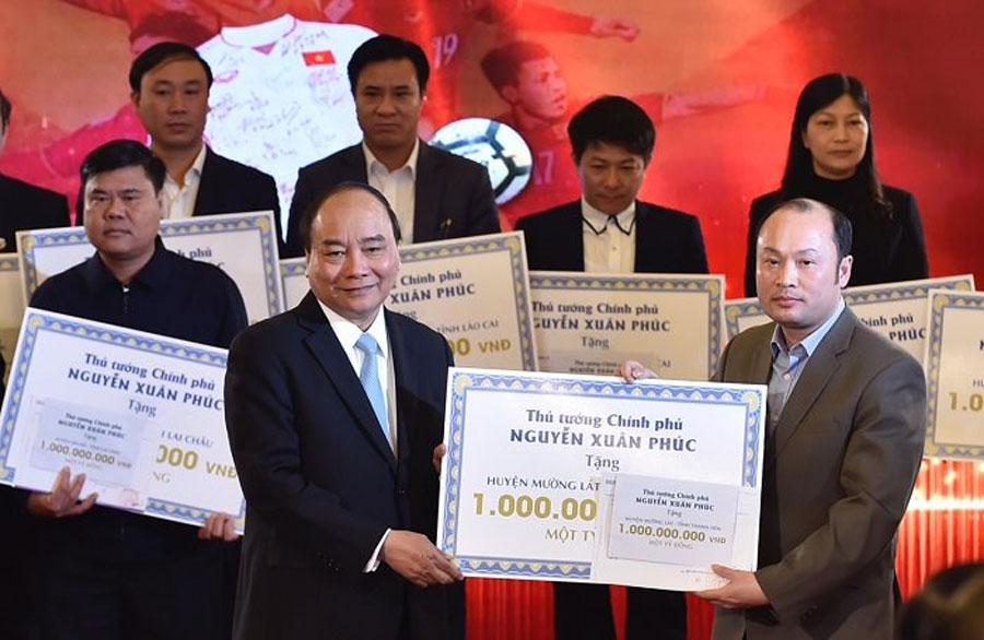 Prime Minister awarded funds from the auction of ball and shirt of U23 Vietnam