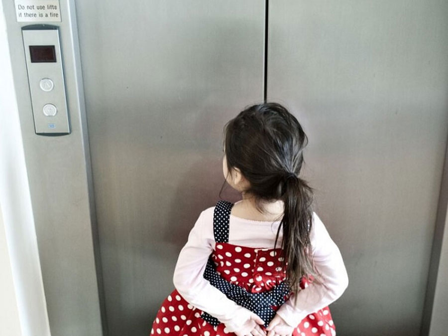 Absolutely parents should accompany the child to the elevator, avoiding letting go alone will be very dangerous