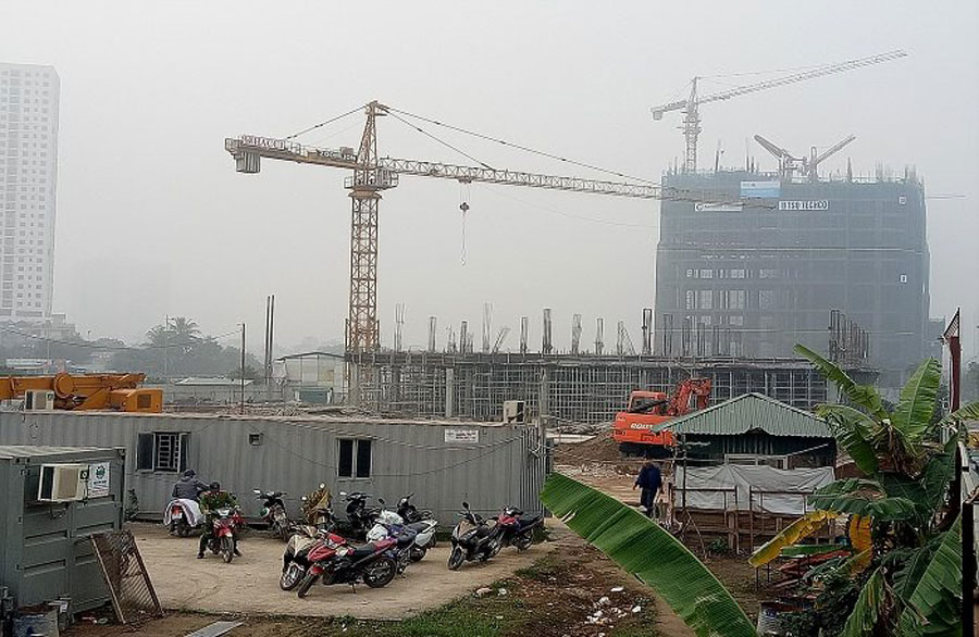 High-rise construction at the intersection of To Huu - Mo Lao collapsed scaffolding this morning
