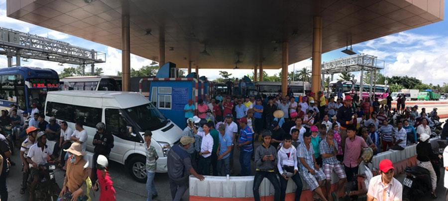 The traffic jam at BOT Soc Trang.