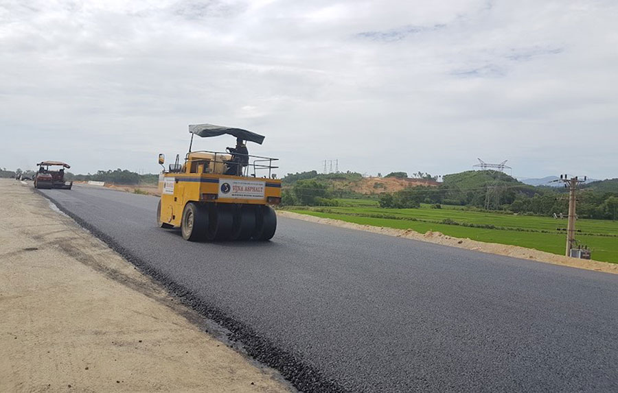 A section of road is being carpeted on the Da Nang-Quang Ngai highway.