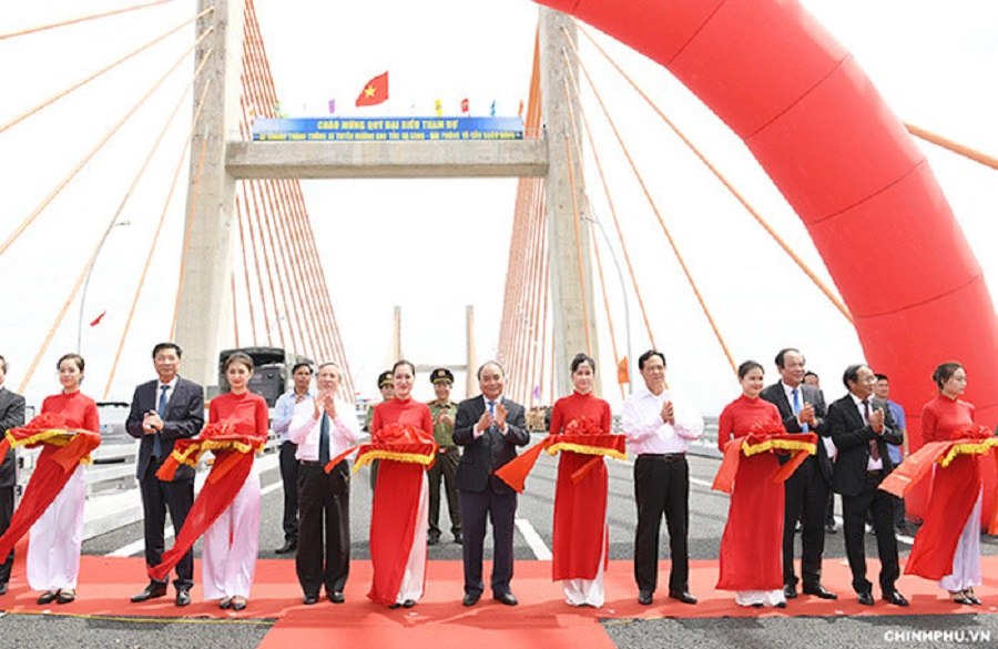 Prime Minister Nguyen Xuan Phuc and cut the ribbon in the open, issuing orders through Bach Dang bridge car.
