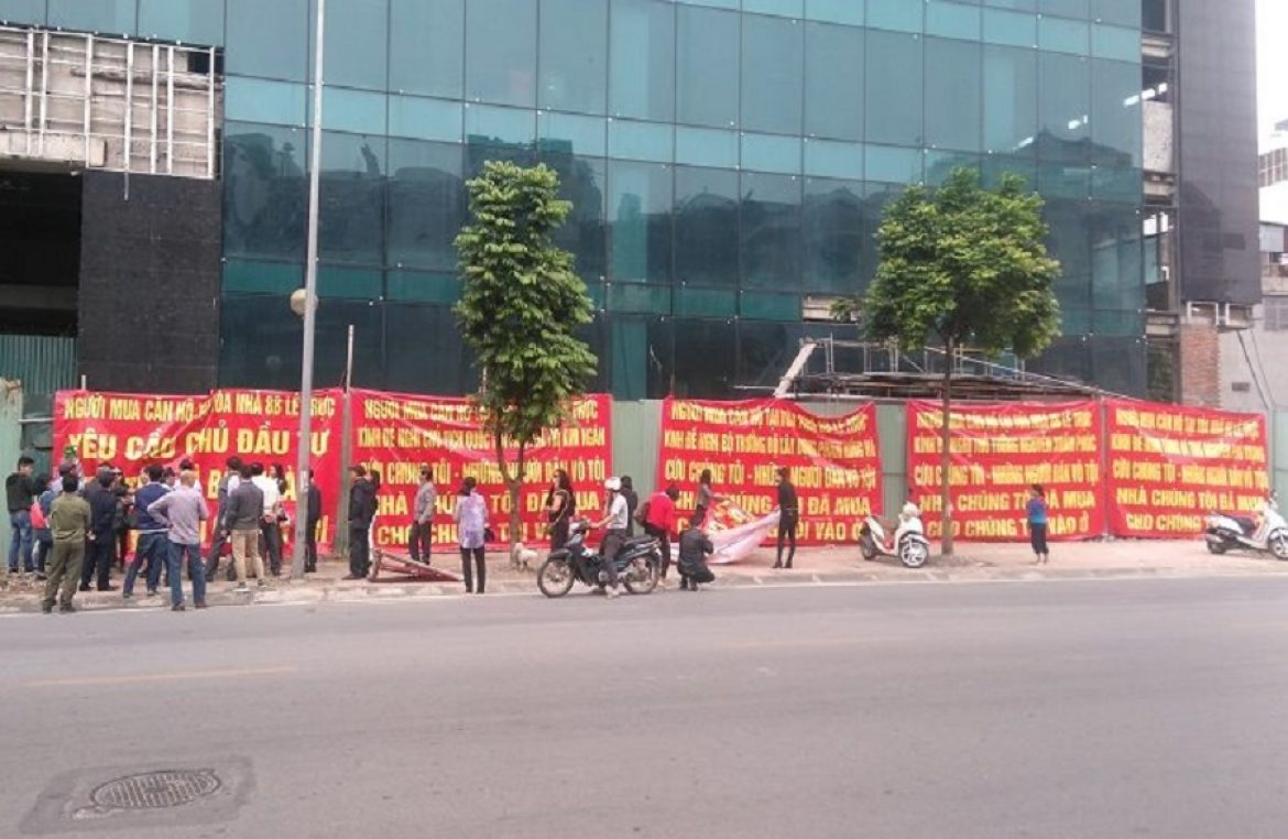 Residents 8B Le Truc again strained banners demanding home
